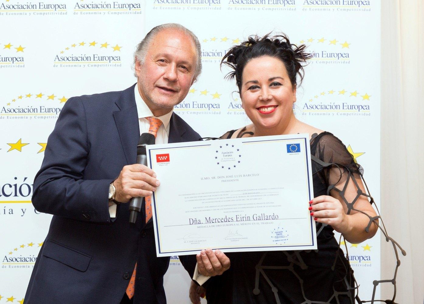 (Español) Mercedes Eirín recibe la medalla de oro al mérito en el trabajo