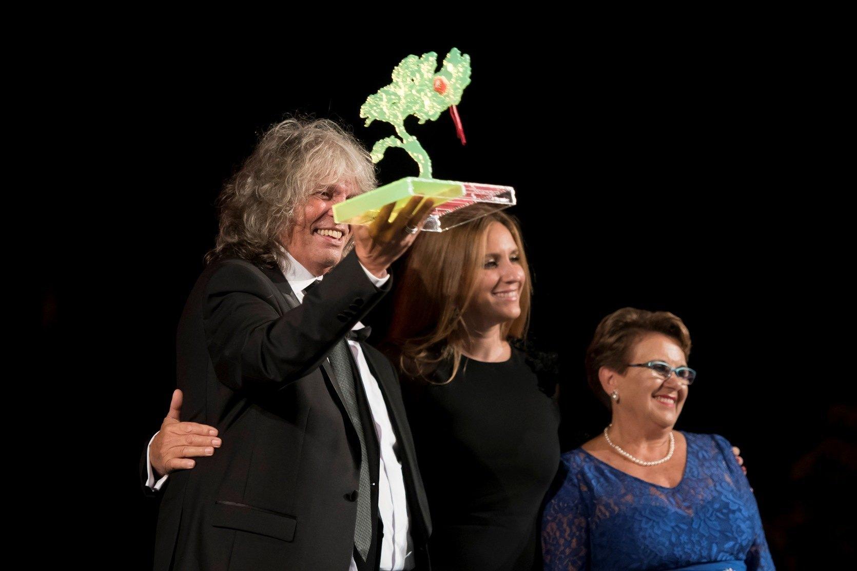 José Mercé con el galardón de los XII Premios Escaparate
